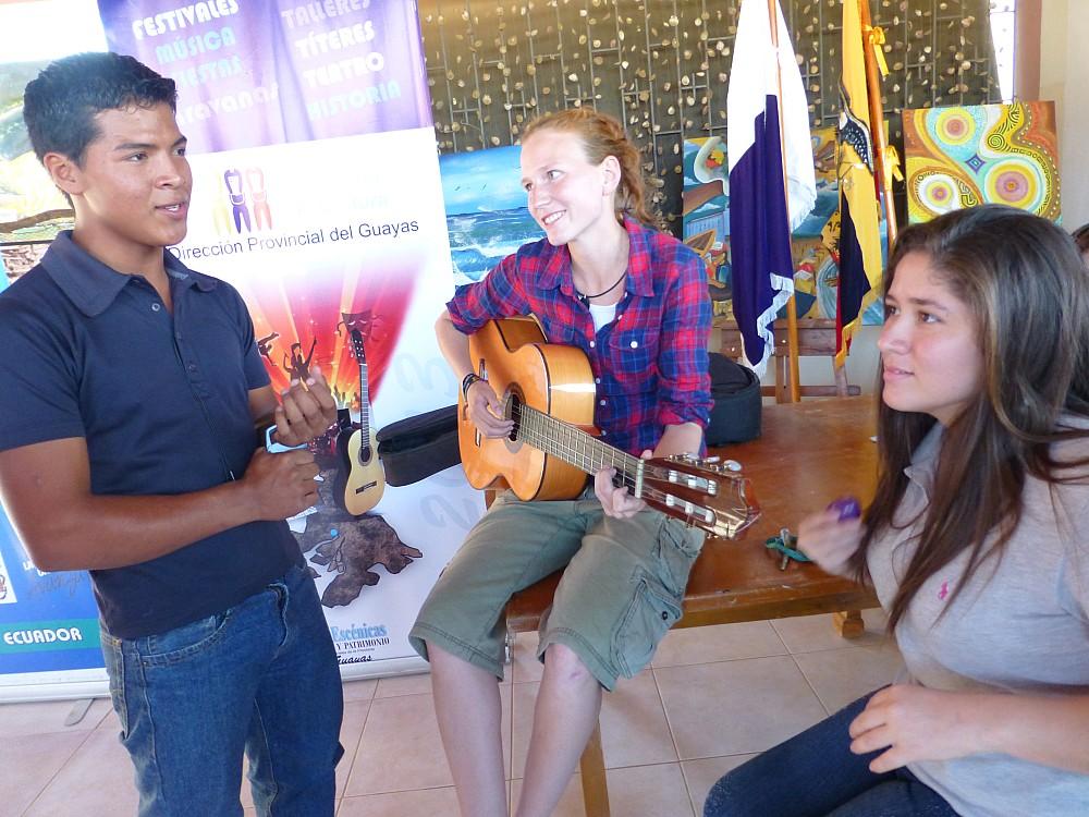 Zu sehen sind hier Andres, einer der Gitarrenschüler von Julia, die bereits letztes Jahr angefangen haben und schon ziemlich gut spielen, Maggie und Luisa.